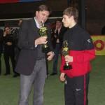 Der niedersächsische Minister für Inneres und Sport, Uwe Schünemann, überreicht den Pokal für die regionale Mannschaft mit den meisten erzielten Tore an Daniel Washausen.
